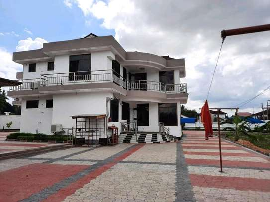 A NEW HOUSE FOR SALE LOCATION IN UNUNIO 5 BEDROOMS 2 ROOMS ARE SELF CONTAINED #SITTINGROOM#DININGI KITCHEN image 4