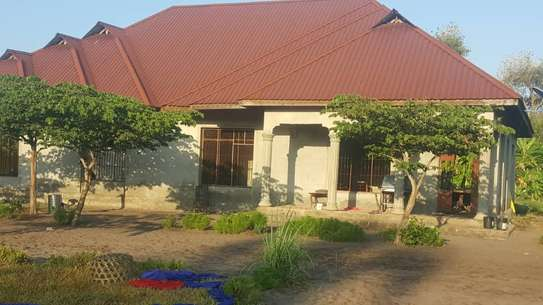 BUY CLOSE TO BEACH KIGAMBONI HOUSE ON A HUGE PLOT. image 3