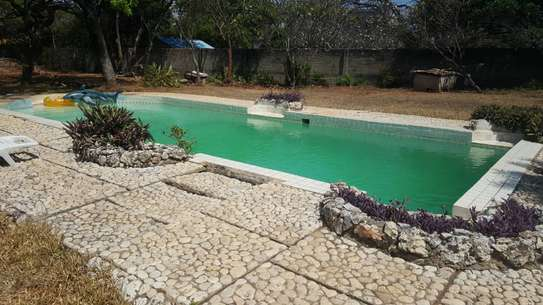 4bedroom house with a swimming pool image 3