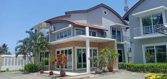 3 bed room house villa for rent at mbezi beach near round about white sand. image 1