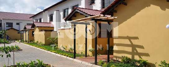 4 Bedrooms House in Compound in Oysterbay For Rent