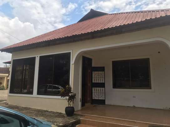 house in the compound  very good i deal for office  along main rd tsh 1,000,000 image 4