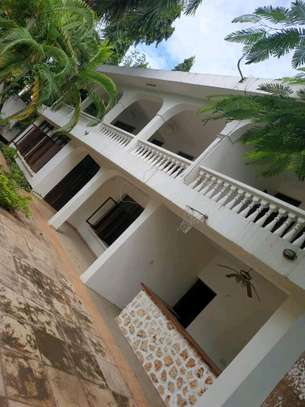 a 300 metres away from the beach a bungalow in oysterbay is now availanle for sale image 5