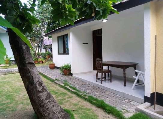 3 BEDROOMS HOUSE WITH 2 BEDROOMS QUARTER image 1