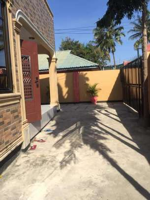 5 bed room house with  servant quorter for sale at ununio image 4