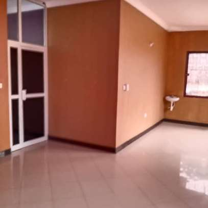 3 bed room all ensuet house for rent tsh 800000 at survey ardh image 4
