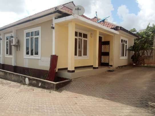 3 bed room house for rent at makongo juu