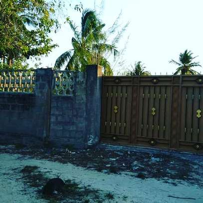 3 BDRM HOUSE CLOSE TO BEACH WITH LOTS OF POTENTIALS WELL BELOW MARKET PRICE image 8